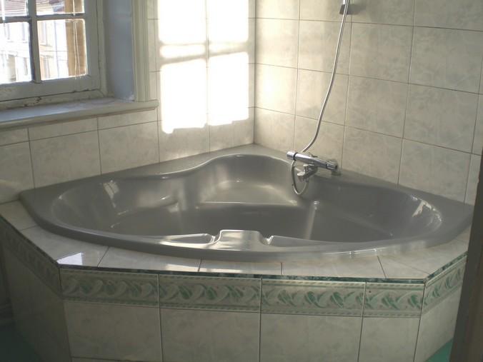 Appartement vendu en b n fice photos et descriptif for Petit baignoire angle